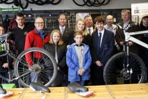 the earl of wessex visits motiv8s community cycle hub in portsmouth to celebrate the success of the duke of edinburghs award