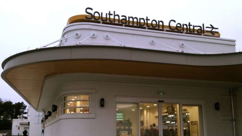 trio threaten man with glass bottle and rain down blows after attempted street robbery in southampton