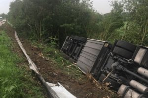 problems on the m20 after hgv overturns