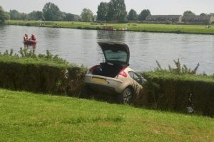 fire crews winch car from river thames