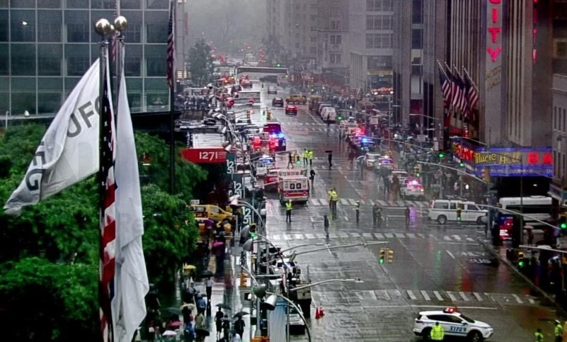 helicopter hard lands on manhattan building it hasnt crashed into it